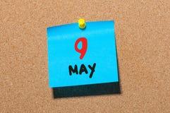 9 de mayo Día 9 del mes, calendario en el tablón de anuncios del corcho, fondo del negocio Tiempo de primavera, espacio vacío par Fotos de archivo libres de regalías