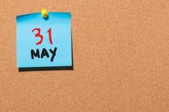31 de mayo día 31 del mes, calendario en el tablón de anuncios del corcho, fondo del negocio Tiempo de primavera, espacio vacío p Fotos de archivo