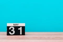 31 de mayo día 31 del mes, calendario en fondo de la turquesa Tiempo de primavera, espacio vacío para el texto Fotografía de archivo libre de regalías