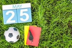 25 de mayo Día 25 del mes, calendario en fondo de la hierba verde del fútbol con los accesorios del fútbol Tiempo de primavera, e Fotografía de archivo libre de regalías