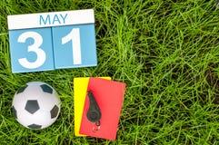 31 de mayo Día 31 del mes, calendario en fondo de la hierba verde del fútbol con los accesorios del fútbol Tiempo de primavera, e Imagenes de archivo