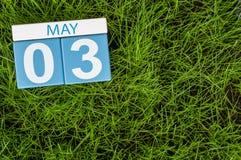 3 de mayo Día 3 del mes, calendario en fondo de la hierba verde del fútbol Tiempo de primavera, espacio vacío para el texto Imágenes de archivo libres de regalías
