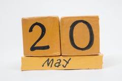 20 de mayo Día 20 de mes, calendario de madera hecho a mano aislado en el fondo blanco mes de la primavera, día del concepto del  imagen de archivo