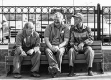 16 de mayo de 2015 - Brest, Bielorrusia: tres trabajadores del supermercado están charlando en un banco durante una rotura Fotos de archivo