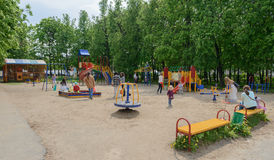 24 de mayo de 2016: Niños con los padres en el patio del ` s de los niños Fotos de archivo