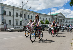 16 de mayo de 2015: Poltava ucrania Women&#x27 de ciclo; desfile de la bici de s Imagen de archivo libre de regalías