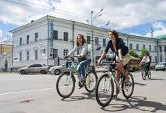 16 de mayo de 2015: Poltava ucrania Women&#x27 de ciclo; desfile de la bici de s Imágenes de archivo libres de regalías