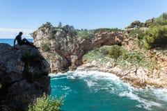 2019 5 DE MAYO, Dubrovnik Croacia Una de las bahías rocosas imágenes de archivo libres de regalías