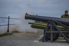 8 de mayo, el saludo de cañón de fredriksten la fortaleza, la leña Fotografía de archivo