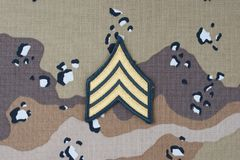 12 de mayo de 2018 El sargento de EJÉRCITO DE LOS EE. UU. alinea el remiendo en fondo uniforme del camuflaje del desierto fotos de archivo libres de regalías