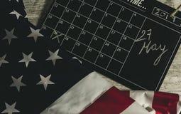 27 de mayo fecha en calendario debajo de la bandera de los estados americanos, y todo el en la tabla de madera, estilo del vintag fotografía de archivo