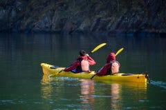 9 de mayo de 2016, Gudvangen, Noruega, adolescente dos durante kayaking en el fiordo de Gudvangen Imagen de archivo