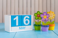 16 de mayo La imagen de puede calendario de madera del color 16 en el fondo blanco con las flores Día de primavera, espacio vacío Fotografía de archivo