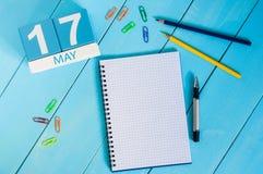17 de mayo La imagen de puede calendario de madera del color 17 en fondo azul Día de primavera, espacio vacío para el texto inter Fotografía de archivo libre de regalías