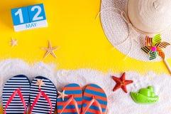 12 de mayo La imagen de puede el calendario 12 con los accesorios de la playa del verano La primavera le gusta concepto de las va Foto de archivo