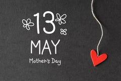 13 de mayo mensaje del día de madres con los corazones de papel Foto de archivo libre de regalías