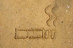 31 de mayo mundo ningún día del tabaco Conciencia de no fumadores del día Muestra dibujada en la arena en la playa Foto de archivo libre de regalías