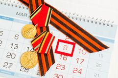 9 de mayo tarjeta festiva - medallas del jubileo de la gran guerra patriótica y de la cinta de San Jorge Imagen de archivo