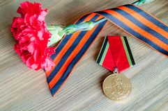 9 de mayo tarjeta - medalla del jubileo de la gran guerra patriótica con el clavel y la cinta rojos de San Jorge Fotografía de archivo libre de regalías
