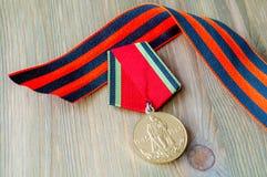 9 de mayo tarjeta - medalla del jubileo de la gran guerra patriótica y de la cinta de San Jorge Fotos de archivo