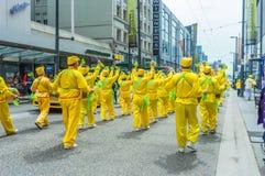 12 de mayo de 2019 - Vancouver, Canad?: Miembros de Falun Dafa en desfile en Granville Street en Vancouver el d?a de madre 2019 foto de archivo