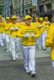 12 de mayo de 2019 - Vancouver, Canad?: Miembros de Falun Dafa en desfile a trav?s de las calles del centro de la ciudad el d?a d fotografía de archivo