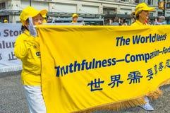 12 de mayo de 2019 - Vancouver, Canad?: Miembros de Falun Dafa en desfile a trav?s de las calles del centro de la ciudad el d?a d fotos de archivo libres de regalías
