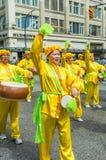 12 de mayo de 2019 - Vancouver, Canad?: Miembros de Falun Dafa en desfile a trav?s de las calles del centro de la ciudad el d?a d imágenes de archivo libres de regalías