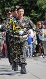 9 de mayo, Victory Day. Coldat bajo la forma de marchar en la columna. Fotografía de archivo