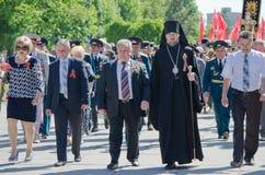 9 de mayo. Victory Day. Día de fiesta, Victory Day. 9 de mayo. Los veteranos con las medallas están en las calles de la ciudad Foto de archivo libre de regalías