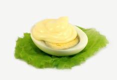 De mayonaise van het ei voor een blad van sla Stock Foto's