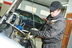 De mechanische gietende olie van de auto in motormotor Royalty-vrije Stock Afbeeldingen