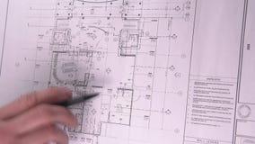 De mechanische ingenieur analyseert zijn ontwerp De mens trekt het Technische Trekken op Tekenbord Mensenzitting bij het Opstelle stock footage