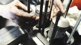 De mechanische man herstelt gebroken motor, mechanische moeilijke situaties de oude motorfietsmotor, ringen op zuigers zet Select stock videobeelden