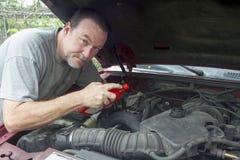 De mechanische Oudere Vrachtwagen van Adding Oil To stock fotografie
