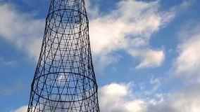 De mededeling brengt cel radio elektrotoren met wolken over stock video