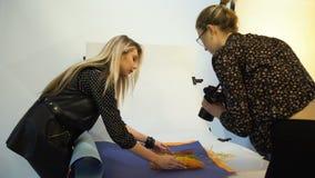 De mededeling van het de fotografiegroepswerk van het coulissevoedsel stock video