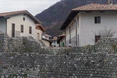 De medeltida väggarna av Venzone, Italien arkivbild