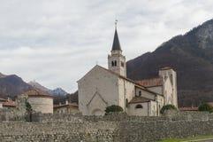 De medeltida väggarna och domkyrkan av Venzone, Italien royaltyfri foto
