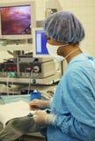 De medewerker aan de chirurg Stock Foto's