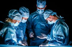 De medewerker legt het instrument aan de arts voor tijdens de verrichting Royalty-vrije Stock Fotografie