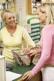 De medewerker van de verkoop met klant in natuurlijke voedingopslag royalty-vrije stock afbeelding