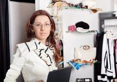 De medewerker van de winkel met laptop die in opslag werkt royalty-vrije stock afbeeldingen