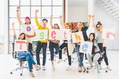 De medewerker van het groepsbureau of het creatieve woord van de mensengreep samen, juicht toe en viert Bedrijfsprojectpartner, s royalty-vrije stock afbeeldingen