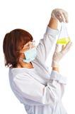 De medewerker van het laboratorium met fles stock afbeelding