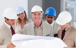 De medewerkers die van de ingenieur een project bespreken stock afbeeldingen