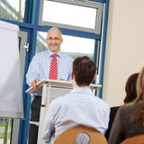 De Medewerkers van zakenmangiving presentation to Royalty-vrije Stock Foto's