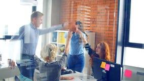 De medewerkers vieren succesvol contract van de firma Goede overeenkomst stock footage