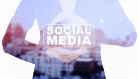 De media van de bedrijfsvrouwenholding sociale bericht dubbele blootstelling met onduidelijk beeldstad Stock Foto's