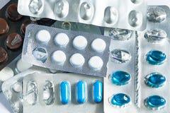 De medicijnen liggen op stapel, pillen, behandeling, liggen Heel wat gele pillen op een witte geruite achtergrond royalty-vrije stock fotografie